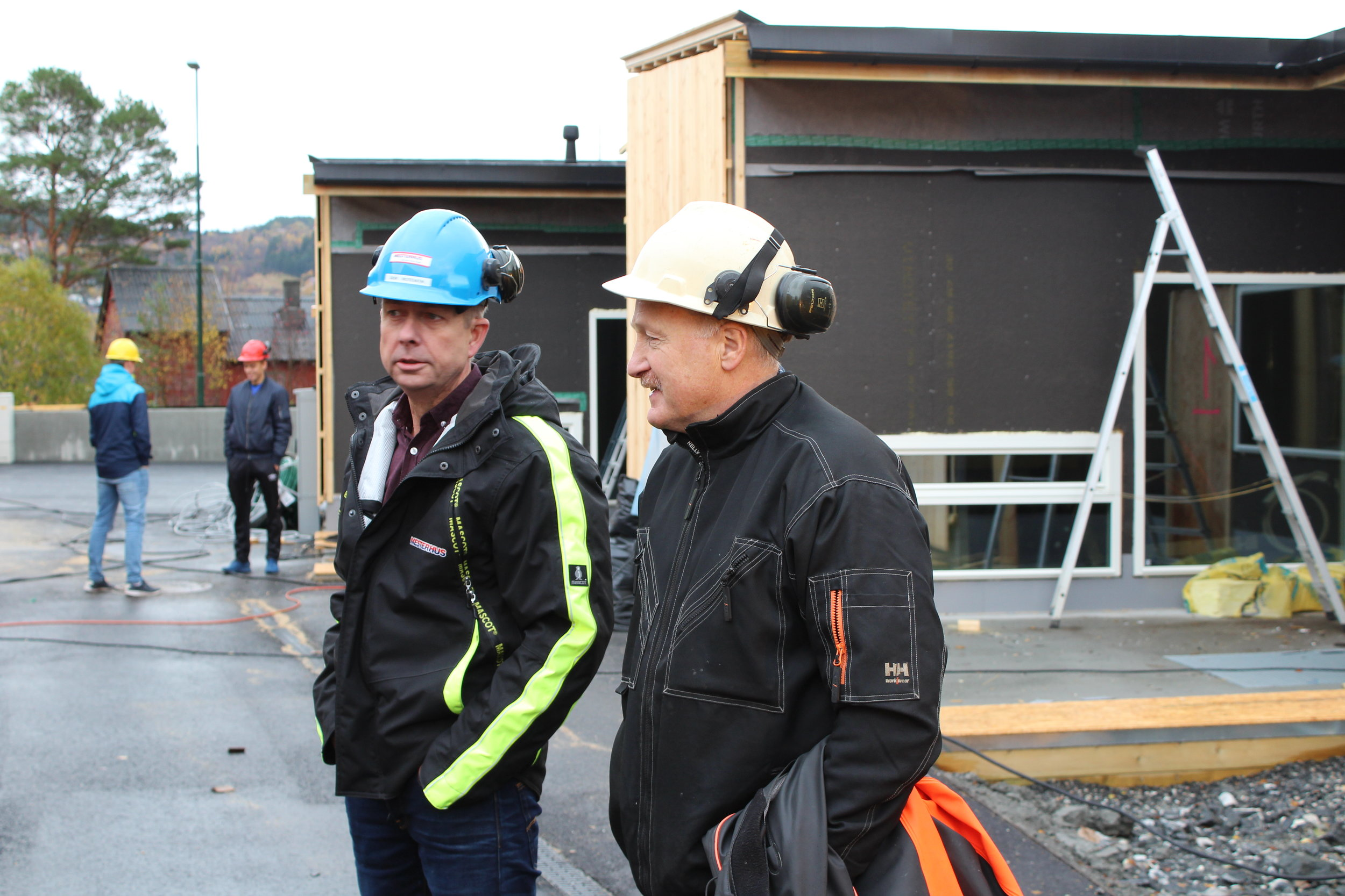 Prosjektleiar Geir Egil Rotevatn (Tømrer Service AS) og yrkesfaglærar Odd Erik Engtrøen (Ørsta vidaregåande skule.)