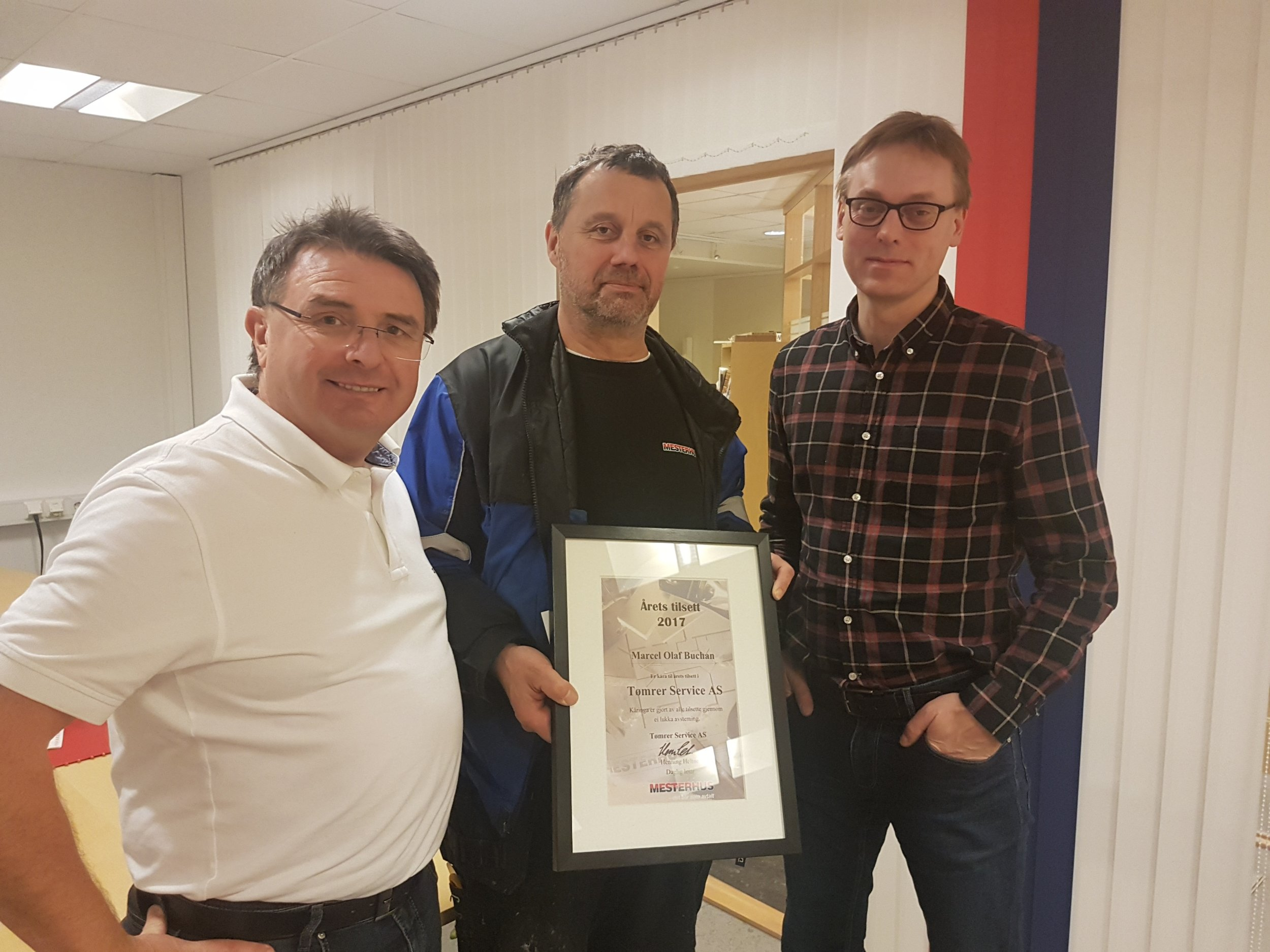 Marcel Buchan (i midten) var dessverre forhindra i å kome på julebordet, og han fekk overrekt prisen på kontoret frå dagleg leiar Henning Heltne (th) og salssjef Odd Martin Velsvik (tv)