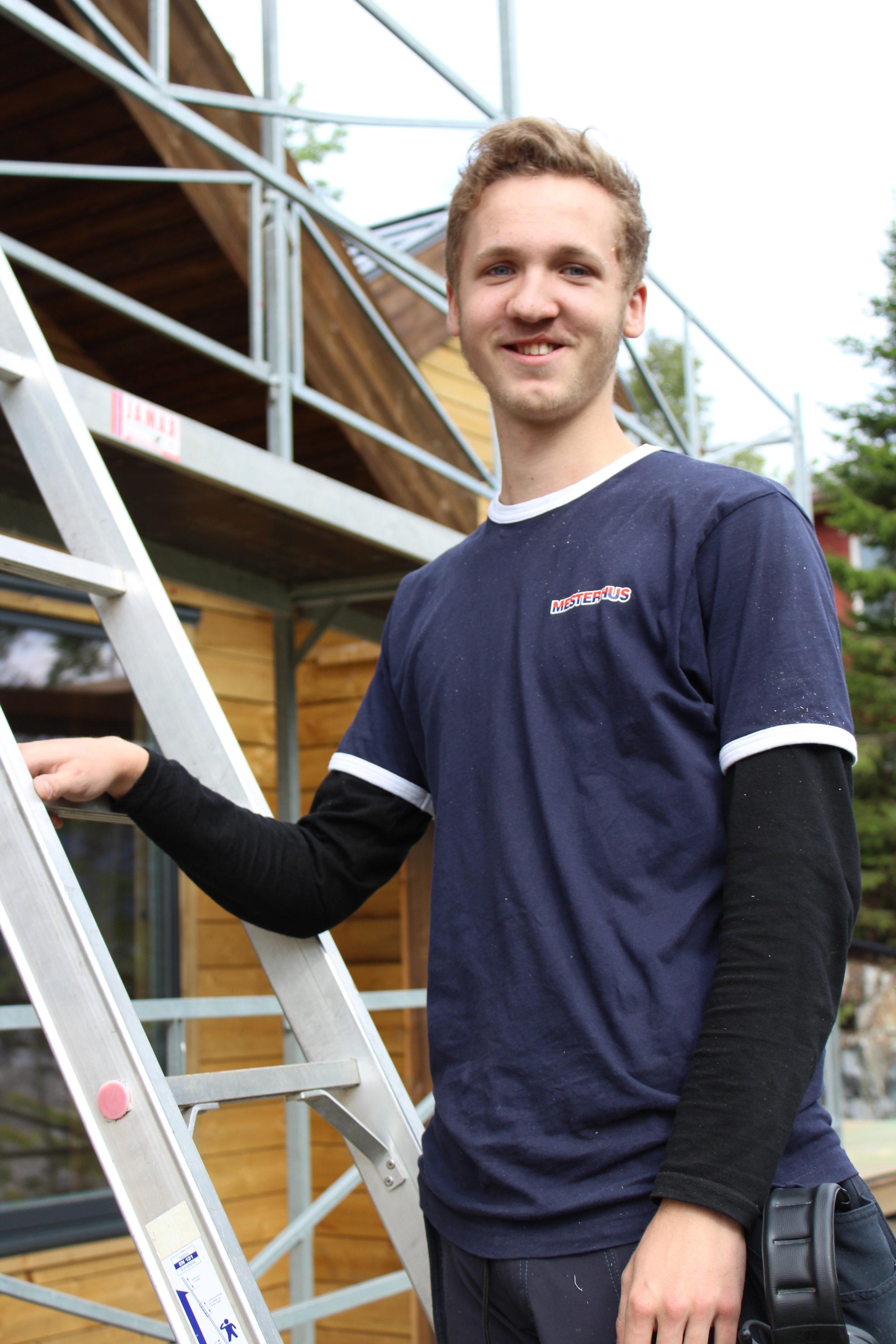 Sigbjørn arbeider i ein einebustad for ein kunde på Klepp.
