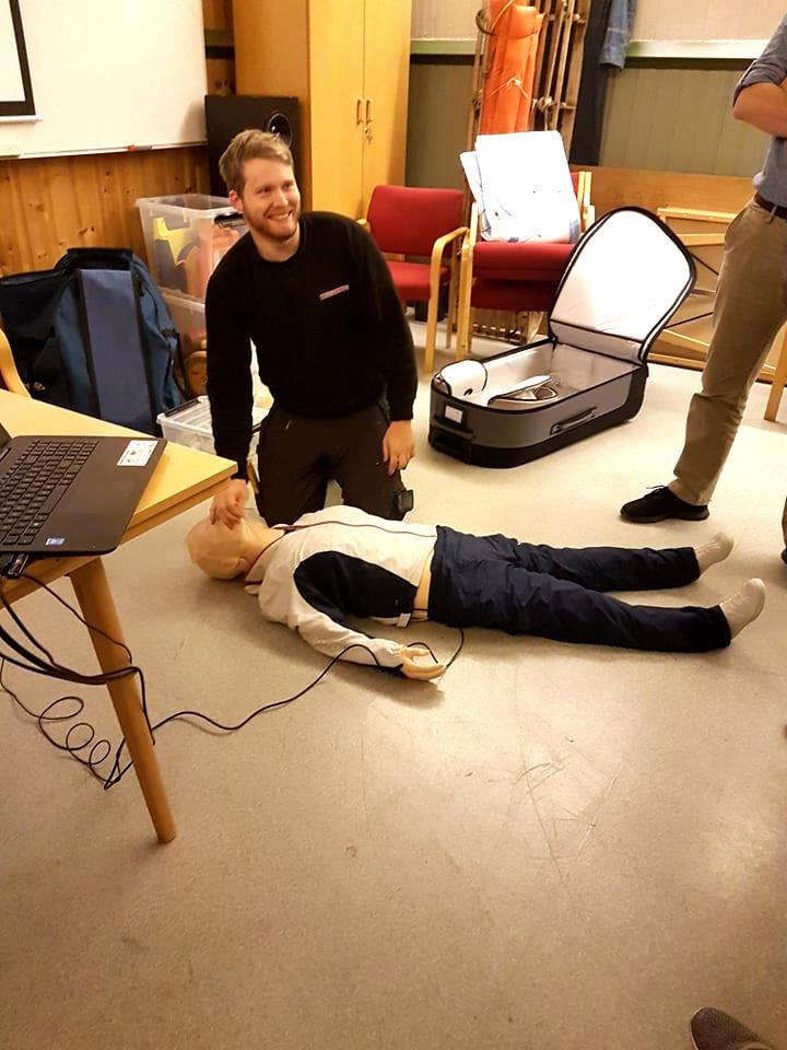 Jørgen Vikestrand øvar på HLR med dokka kopla til monitor. Slik kunne han sjå at han blåste passeleg med luft i lungene, og at han tok ofte nok og harde nok hjertekompresjonar. Han fekk godkjent redning!