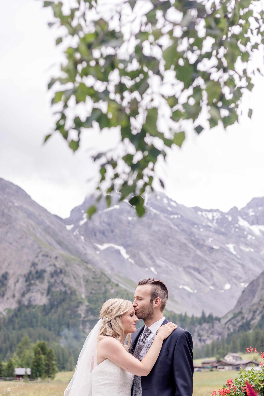 Es ist uns total schwer gefallen, die Bilder für die Galerie zur traumhaft schönen Hochzeit von Amanda & Raphael in Davos/Schweiz auszuwählen. Wir konnten uns einfach nicht entscheiden...
