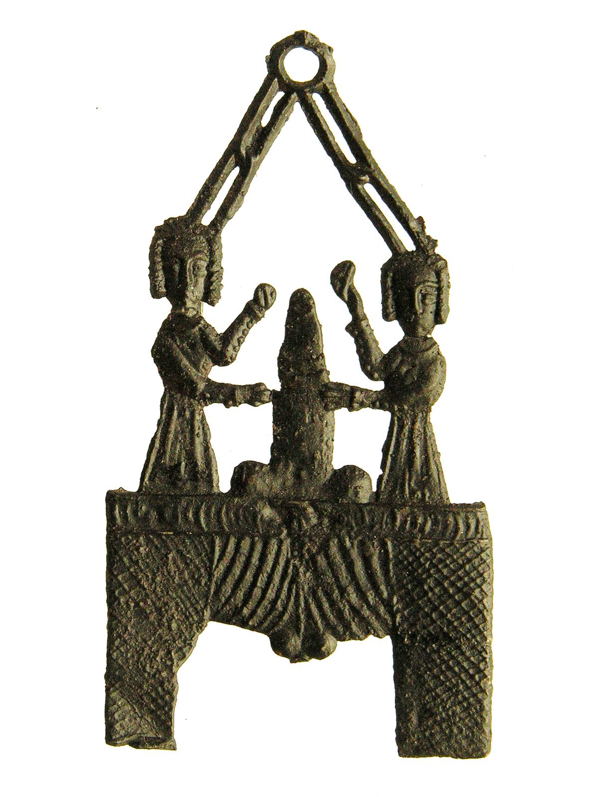 Afbeelding 1: Fallus die boven een broek uitsteekt en door twee vrouwen wordt gestreeld, 1400-1450, 63 x 33 mm., gevonden Brugge, Langbroek, collectie Familie Van Beuningen