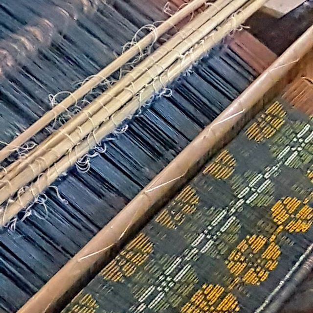 Day 5 & 6 at Lepo Lorun with @alfonsahoreng: Weaving #1/ supplementary weft weaving in progress, as skeins of naturally dyed indigo are drying. We cut off all of the ikat binding from the warp (for Weaving #2) to reveal the resist pattern. Then, we carefully line up/ tie up the ikat warp as perfectly as possible to align the patterns, then apply a natural gum to the warp. When the gum is dry, I add my naturally dyed colors to complete my design, tie up the finished warp to the back strap loom, add the heddles, the reed, etc.. and weave.  #lepolorunikatflores #naturaldyes #handweaving #sustainabletextiles #dragonfootpatternikat