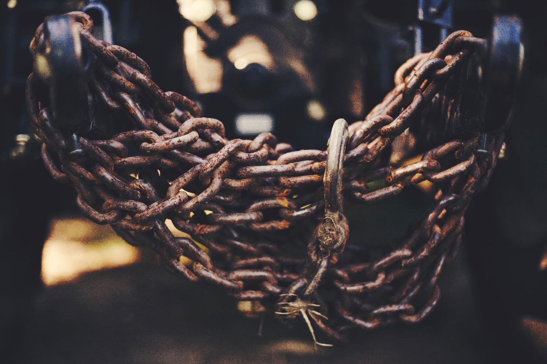 We waren aan de wet geketend, maar nu zijn we bevrijd; we zijn dood voor de wet, zodat we niet meer de oude orde van de wet dienen, maar de nieuwe orde van de Geest. - — Romeinen 7:6