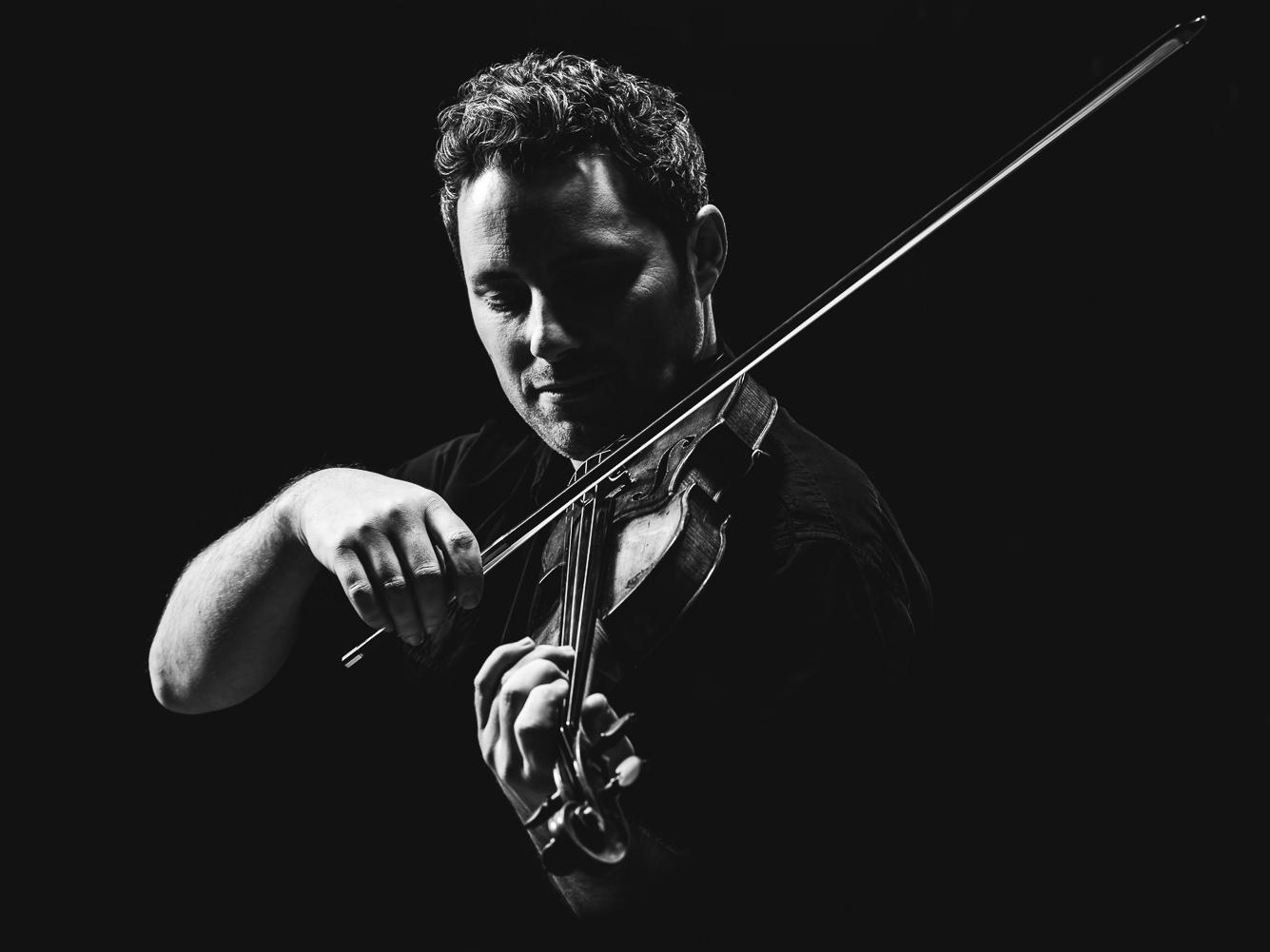 Benoit Cormier - Passionné de toutes les musiques, le violoniste québécois Benoit Cormier s'illustre avant tout sur la scène classique, et ce dès le début des années 2000. C'est Québec qui l'adopte, d'abord pour sa formation académique et ensuite sa carrière. Membre de l'Orchestre symphonique de Québec, Benoit Cormier est également très actif dans les domaines de la musique de chambre et de la musique nouvelle.Tant sur la scène locale qu'internationale, les collaborations sont nombreuses : le quatuor Cartier, E27, et les Violons du Roy avec qui il effectue une tournée européenne et nord-américaine ne sont que quelques exemples.On a également pu l'entendre comme soliste, entre autres avec l'OSQ. Il est fréquemment invité en tant que professeur, maître ou juré dans différents festivals, concours et académies afin de transmettre sa passion. Les Eurochestries internationales lui donnent l'occasion de côtoyer de jeunes talents de partout dans le monde. Benoit Cormier est également reconnu comme arrangeur et il n'hésite pas à décloisonner les genres, comme en témoignent ses nombreuses collaborations avec son frère, l'auteur-compositeur-interprète Louis-Jean Cormier. Engagé dans sa communauté, le violoniste est co-fondateur des Porteurs de musique, un organisme qui vise à intégrer les bienfaits musique dans toutes les couches de la société, et il est ambassadeur de Collaboration Santé Internationale, une organisation d'aide humanitaire.