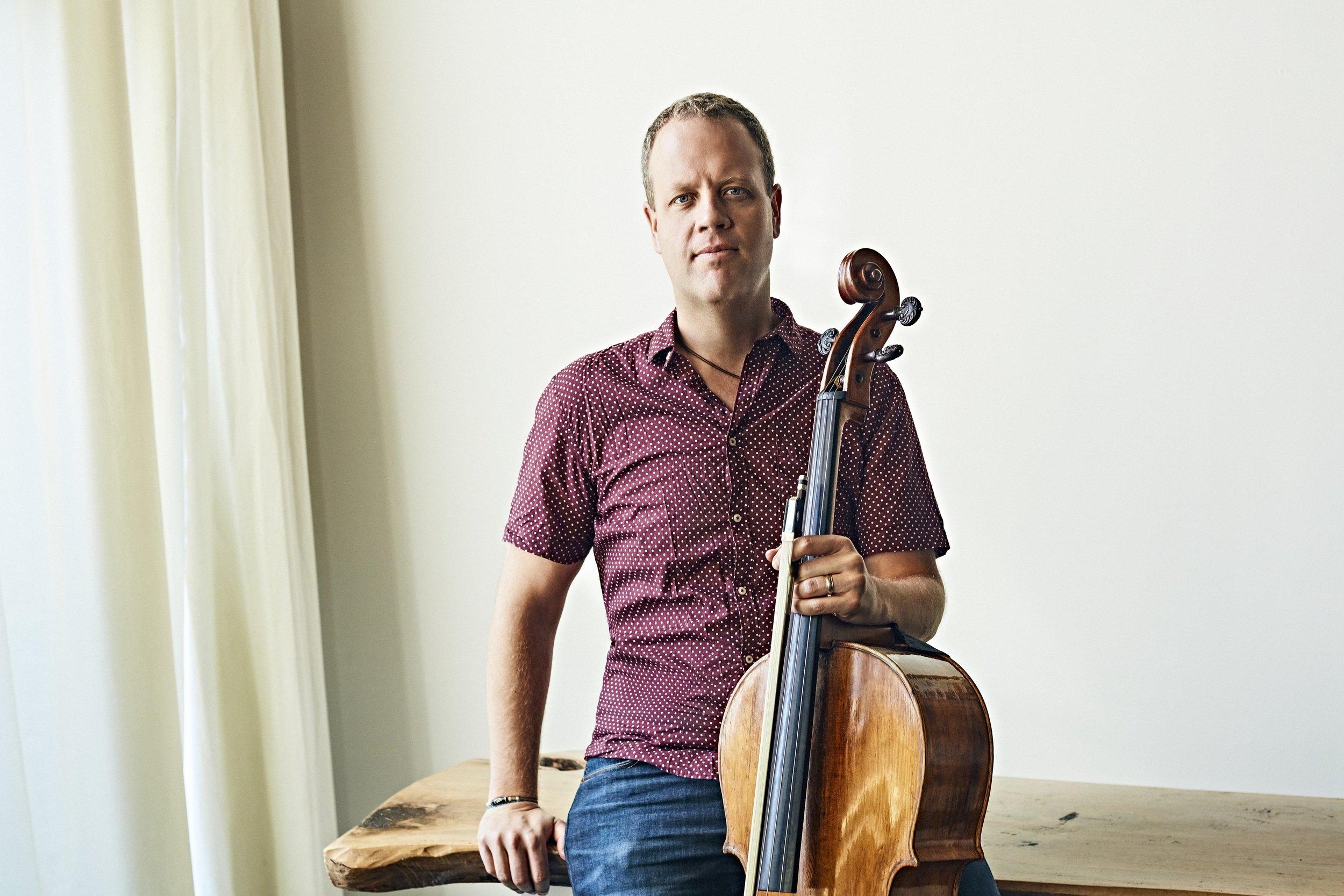 Blair Lofgren - Violoncelliste qualifié de «remarquable » par Ivan Moody, critique de Gramophone,Blair Lofgren mène une carrière bien remplie, partagée entre les prestations et l'enseignement.En plus de jouer dans l'Orchestre symphonique de Québec comme violoncelle solo, poste qu'il occupe depuis l'âge de 24 ans, ce musicien passionné enseigne au Conservatoire de musique de Québec, fait partie de plusieurs ensembles de musique de chambre, donne des cours de maître, s'est produit comme violoncelle solo invité, et a également participé à l'enregistrement des trames sonore des populaires jeux vidéo Dead Rising.Comme soliste, il a récemment interprété des chefs-d'œuvre avec plusieurs orchestres, incluant les Concerto pour violoncellede Dvorak, Saint-Saëns, Shostakovich, Boccherini et Don Quichottede Strauss. En avril 2017 il jouera la Sinfonia Concertante de Prokofiev. L'été, Blair se joint à la crème des musiciens du monde entier lors d'événements comme le Scotia Festival of Music et le Festival international du Domaine Forget, où il fait également profiter la relève musicale de son expérience grâce à l'enseignement et au mentorat.Blair a la chance de jouer sur un magnifique instrument fabriqué en 1698 dans l'atellier du luthier milanais, Giovanni Battista Grancino