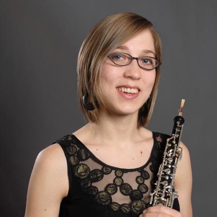 Lindsay Roberts - Originaire d'Edmonton, Lindsay Roberts a commencé à explorer la musique dès son plus jeune âge. Issue d'une famille de musiciens, elle débute l'étude du violon à quatre ans; suivront le piano, la flûte traversière et le chant. C'est à l'âge de 13 ans qu'elle découvre le hautbois.Son esprit aventurier l'amène au États-Unis, où en 2006, elle complète un baccalauréat en interprétation à l'Université d'Indiana. Elle part ensuite en Europe, toujours à la recherche d'aventures et de nouveaux apprentissages. Après quelques années de découvertes par de nombreux stages de perfectionnement et d'orchestre, notamment le festival de musique de chambre du quintette à vent Arlequin, l'orchestre Les Musiciens d'Europe et l'Opéra studio de Genève, Lindsay revient au Canada. En 2009, elle complète une maîtrise en interprétation à l'Université McGill.Depuis, elle est très active sur la scène musicale québécoise. Elle occupe le poste de 1er hautbois à l'Orchestre symphonique de Sherbrooke depuis 2016 et le poste de deuxième hautbois à l'Orchestre symphonique du Saguenay-Lac-Saint-Jean depuis 2011.  Elle travaille également comme pigiste avec plusieurs autres orchestres notamment, l'Orchestre symphonique de Québec, Les Violons du Roy, Les Grands Ballets de Montréal, l'Orchestre Métropolitain et plusieurs autres. Elle est très heureuse de pouvoir retourner de temps en temps aussi pour jouer dans sa ville natale, avec l'Orchestre symphonique d'Edmonton.Lindsay mène également une carrière active comme chambriste. Elle collabore souvent avec des amis et collègues musiciens pour toutes sortes d'occasions, et elle est notamment membre fondateur de Choros, quintette à vent, un projet qui lui tient particulièrement à cœur.Pendant son parcours, Lindsay a eu la chance de participer à de nombreux autres stages de perfectionnement comme The World Orchestra, qui l'a amenée à Bierut au Liban, l'Orchestre National des Jeunes du Canada, l'Orchestre de la Francophonie et le National Ac