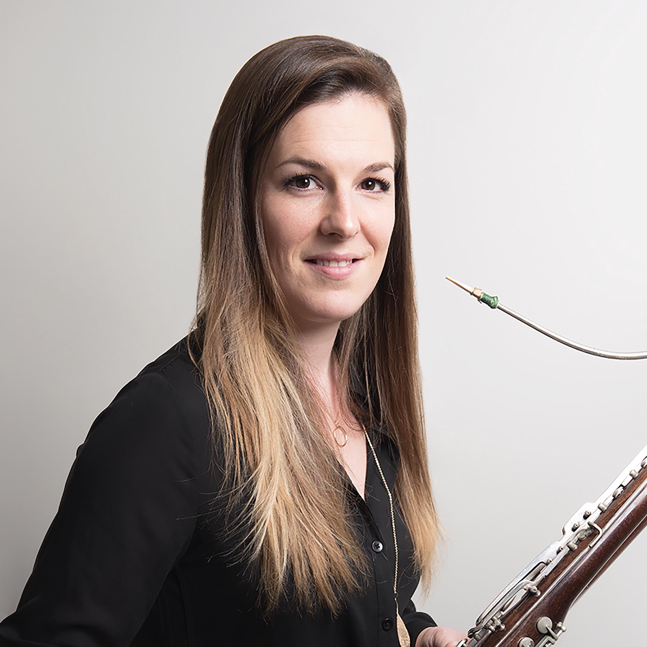Isabelle Lépine - Isabelle Lépine obtient, en 2005, son baccalauréat du conservatoire de musique de Québec dans la classe du basson solo de l'Orchestre Symphonique de Québec, Richard Gagnon, et en 2007, sa maîtrise en interprétation de l'Université d'Ottawa auprès du soliste et basson solo de l'Orchestre du Centre national des Arts Christopher Millard. Isabelle a participé à un grand nombre de stages dont celui de l'Académie Domaine Forget, le Centre d'arts Orford et le programme de musique de chambre du Centre national des Arts. On la compte aussi parmi deux tournées de l'Orchestre National desJeunes du Canada à l'été 2005 et 2006. Elle a suivi des cours de maître auprès de Stéphane Lévesque, Mathieu Harel, David Carroll, John Clouser, Whitney Crockett et Daniele Damiano.En tant que surnuméraire, Isabelle est souvent appelée à jouer du basson et du contrebasson auprès de différents ensembles tels que l'Orchestre Symphonique deQuébec, Les Violons du Roy,l'Orchestre Symphonique de Trois-Rivières,l'OrchestreSymphonique de Kingston,l'Orchestre Symphonique du Saguenay-Lac-Saint-Jean et l'Orchestre Symphonique d'Ottawa, elle occupe le poste de deuxième basson à l'Orchestre Symphonique de l'Estuaire. Elle est membre du trio d'anche Ventus Operandiavec le clarinettiste Stéphane Fontaine et le hautboïste Vincent Boilard. Elle s'est produite en tant que soliste accompagnée par l'Orchestre Symphonique de Lévis ainsi que l'Orchestre Symphoniquede Pembroke. Sa conception du monde musical ne pourrait être complète sans la compréhension de la fabrication de son instrument, la réparation d'instrument fait partie de ses passions tout comme l'enseignement et le travail auprès des jeunes ce qui l'a amené à s'associer avec le Camp Musical Saint-Alexandre depuis de nombreuses années. Elle espère pouvoir participer au développement et l'accessibilité des arts dans sa communauté.