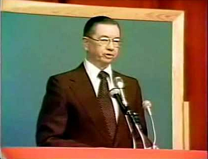 Dr. Warren at the podium during his monumental debate with Antony Flew (1976).