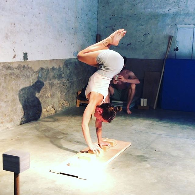 •• Personal highlight 💥•• . My one arm journey started last year at @yuval_on_hands intensive. Since then some drills have been parts of my regular practice. Waking the cubes was something I tried last year, got up to 3 steps max. That's what I was ready to do. This year I went back to it as a way to measure my progress. On day 4 of the intensive I completed walking all the cubes a few times on each direction separately, day 5 both directions in one set (didn't record it though, it's for next time!). . This was definitely my personal highlight of this year's edition! Will keep up the work and see what next year brings! . Thank you @lithiumkitten for secretly filming! Without you I wouldn't have this memory to look back at! . #handstand #handbalance #progress #instahandstands #circus #acrobat #acrobatics #skills #life