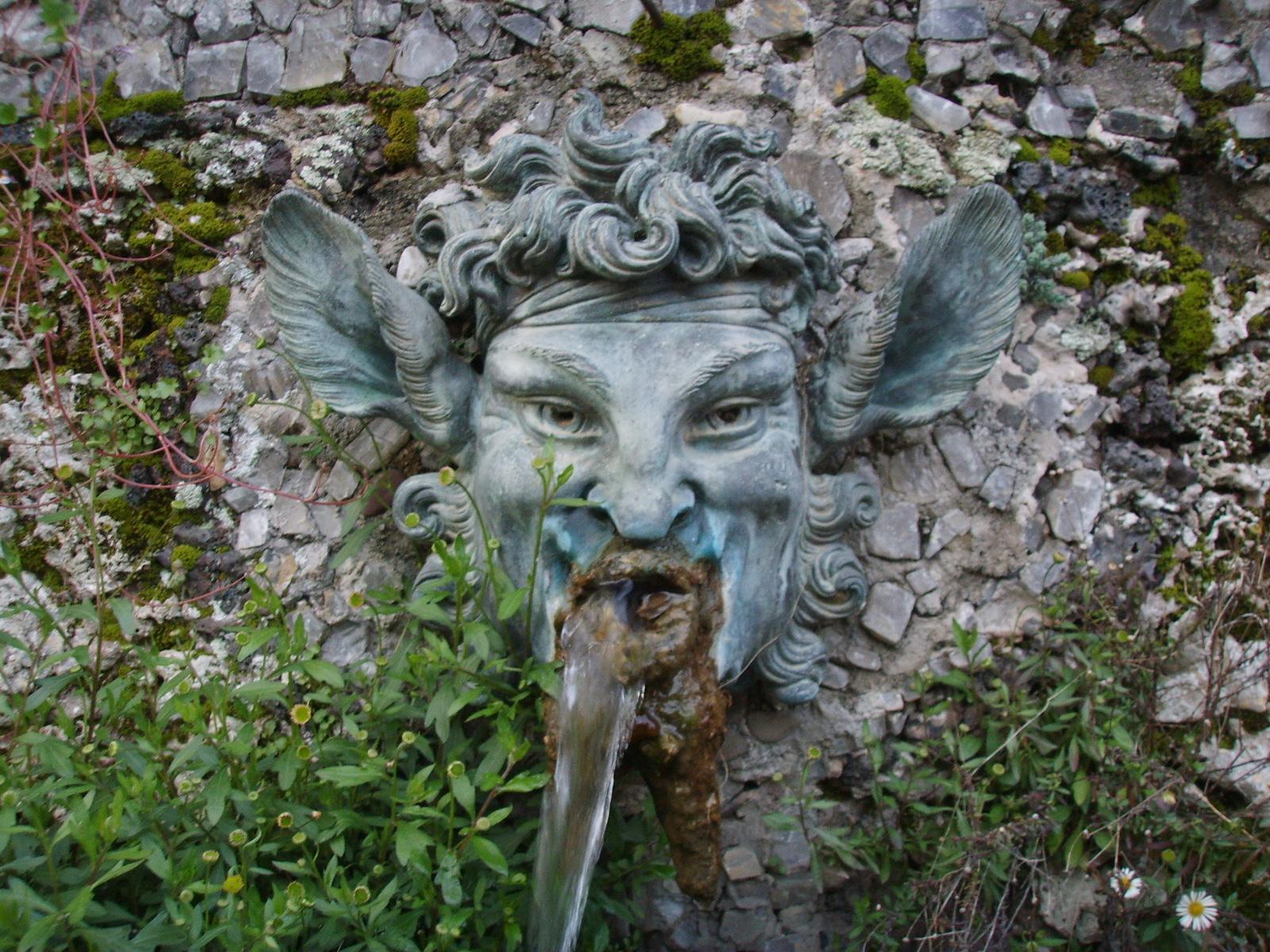Villa_grabau,_fontana_con_mascherone_04.JPG