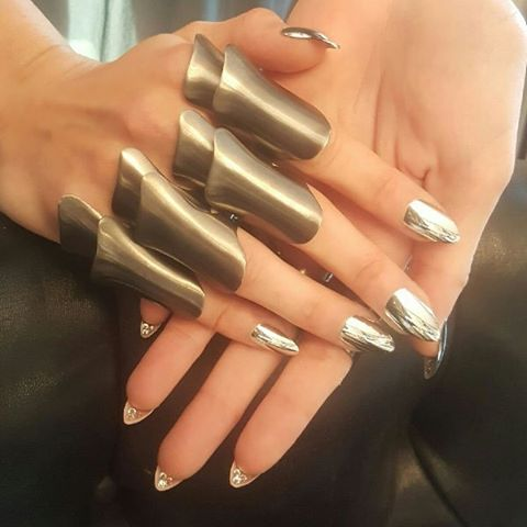 WOW - Gigi's #MetGala chrome manicure cost more than the average wedding dress & even had crystals underneath! #nailenvy 😍💅🏽✨