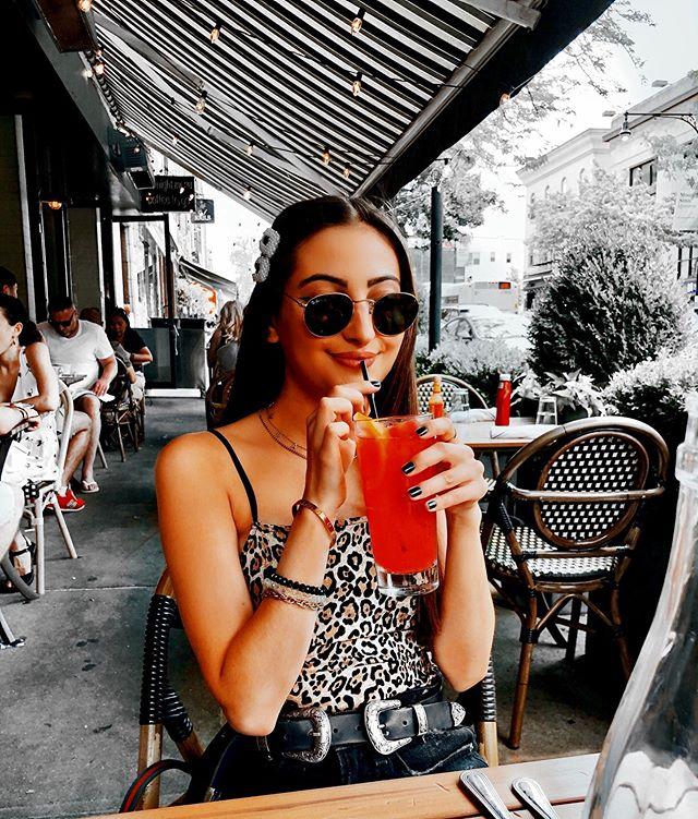 one strawberry lemonade on the rocks please ✖️🍓 #KILLERQUEEN • • • • • • • • • #saturdaybrunch #brunchtime #brunchoutfit #brunchnyc #uoonyou #urbanoutfitters #weekendbrunch #summeroutfit #summer19 #summertime #ragandbone #rayban