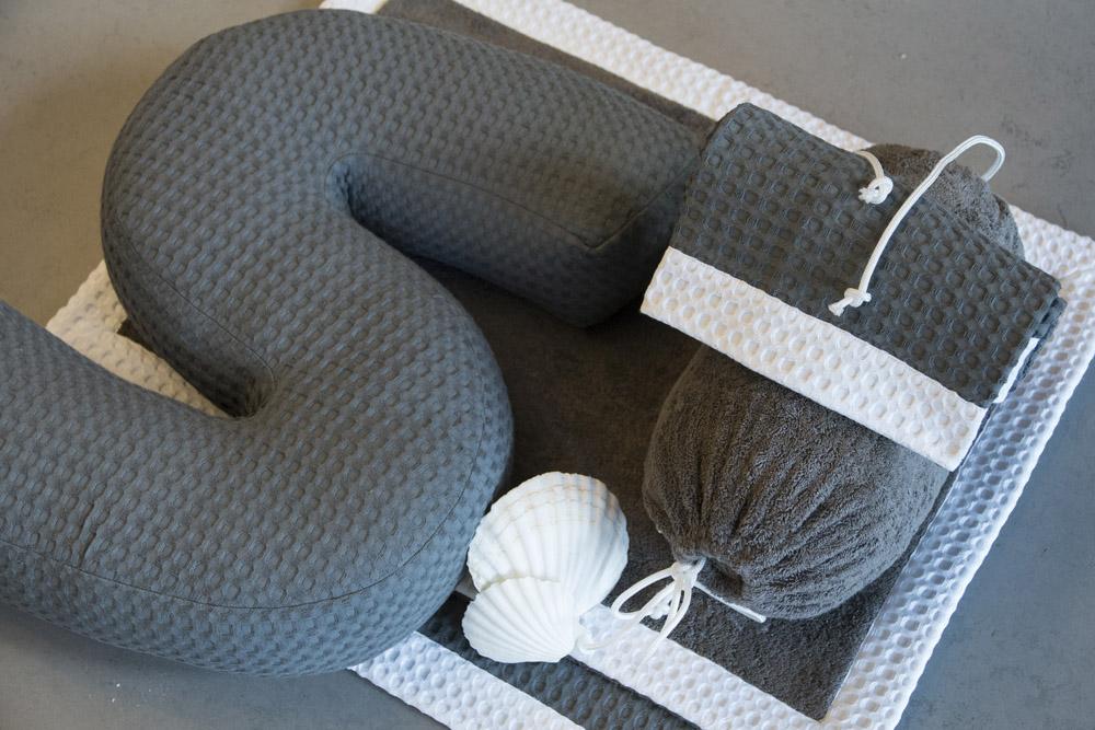 3-Biancheria-accessori-coordinati-per-barca-yacht-su-misura-personalizzata-lenzuola-asciugamani-accappatoi-borse-da-cabina-da-mare-A-la-Page-Roma.jpg