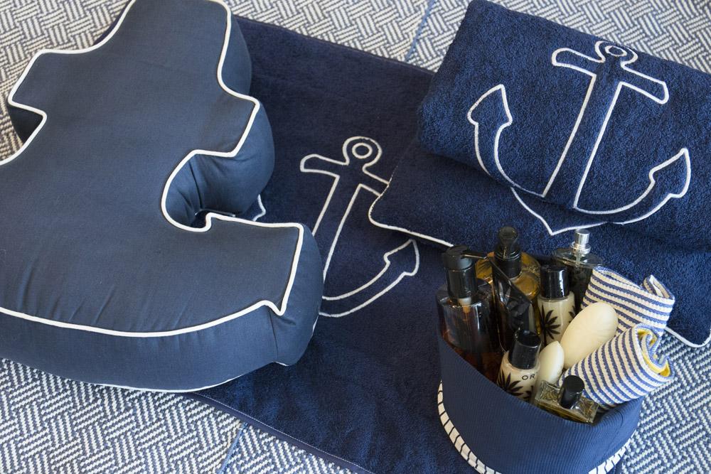 9-Biancheria-accessori-coordinati-per-barca-yacht-su-misura-personalizzata-lenzuola-asciugamani-accappatoi-borse-da-cabina-da-mare-A-la-Page-Roma.jpg