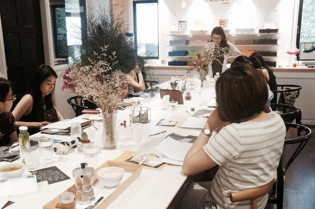 Nichole conducting a Calligraphy workshop at a boutique cafe at Rochester area.