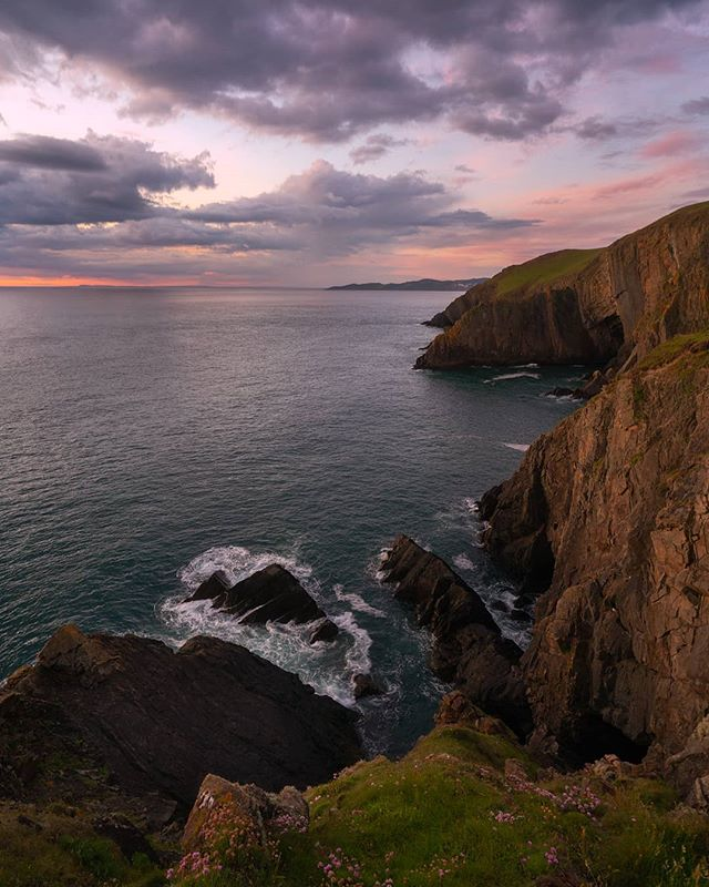Just after sundown along the beautiful North Devon coast.  More of a documentary image this one, but gives you a great depiction of the UK coastline.  Subtle light to. . . . . . . . . TAGS: #artofvisuals #fantastic_earth #discoverearth #beautifuldestinations #awesome_earthpix #earthfocus #theimaged #moodygrams #visualambassadors #seaside #main_vision #igworldglobal #ig_color #depthsofearth  #nakedplanet #WHPwanderlust #earthpix @earthpix @beautifuldestinations #whpcolorwheel @instagram @longexposure_shots