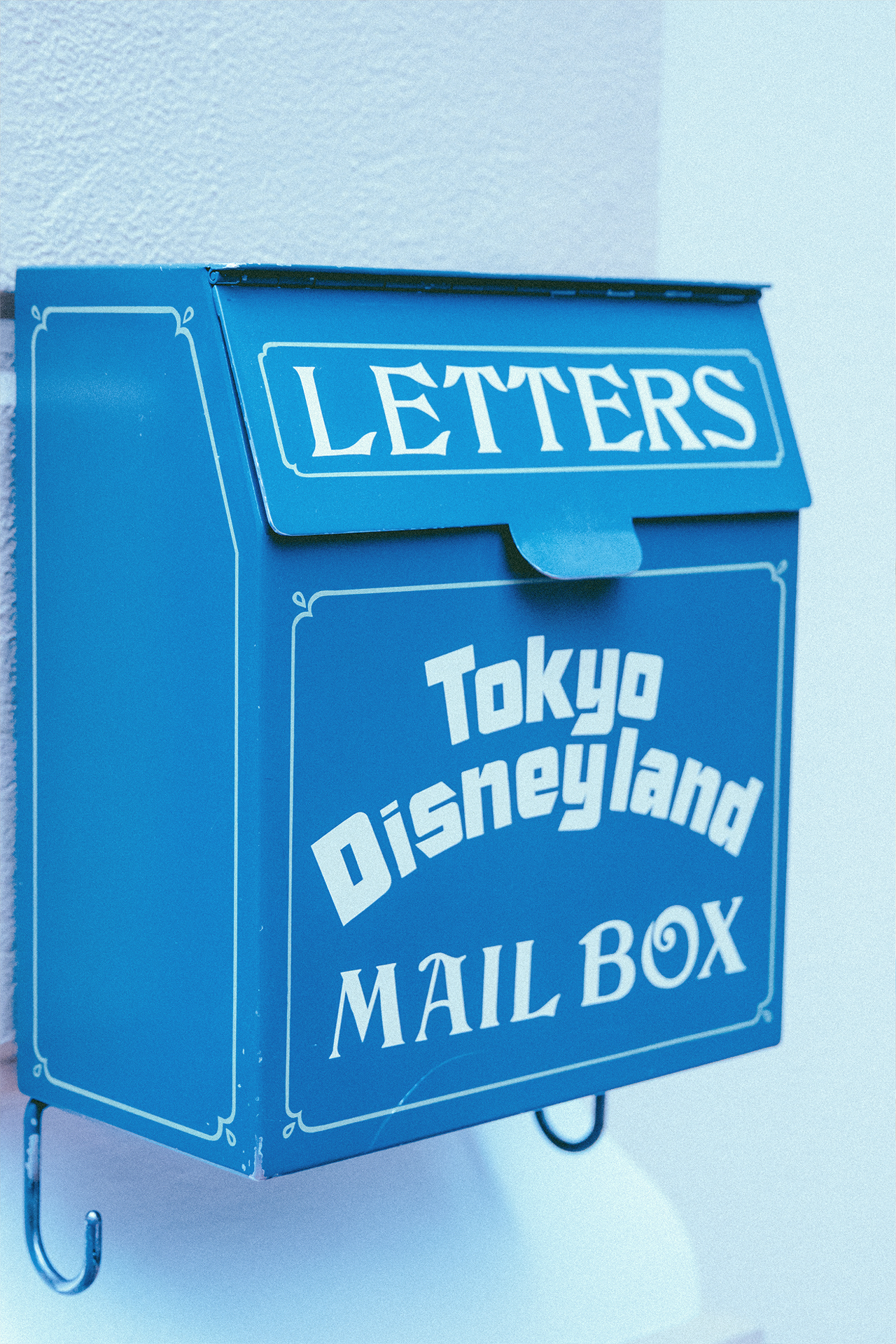 There are so many details to see around World Bazaar, so take a moment to enjoy them! Did you know you can send letters from TDR? You can visit the stationary shop and get your very own specialty stamp on your letter!