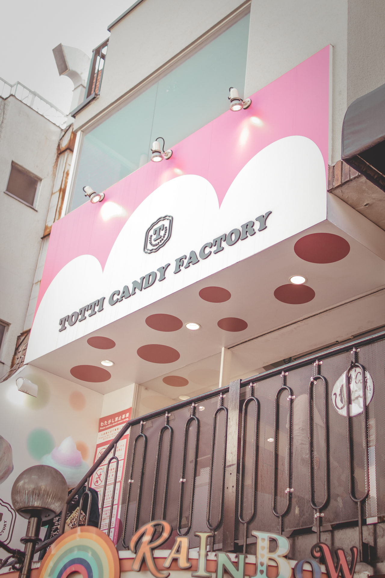 Totti Candy Factory is a gourmet sweets shop nestled in the heart of Takeshita Dori in Harajuku. This whimsical and dream-like confectionery boasts towering rainbow cotton candy and kawaii miniature cake pops.