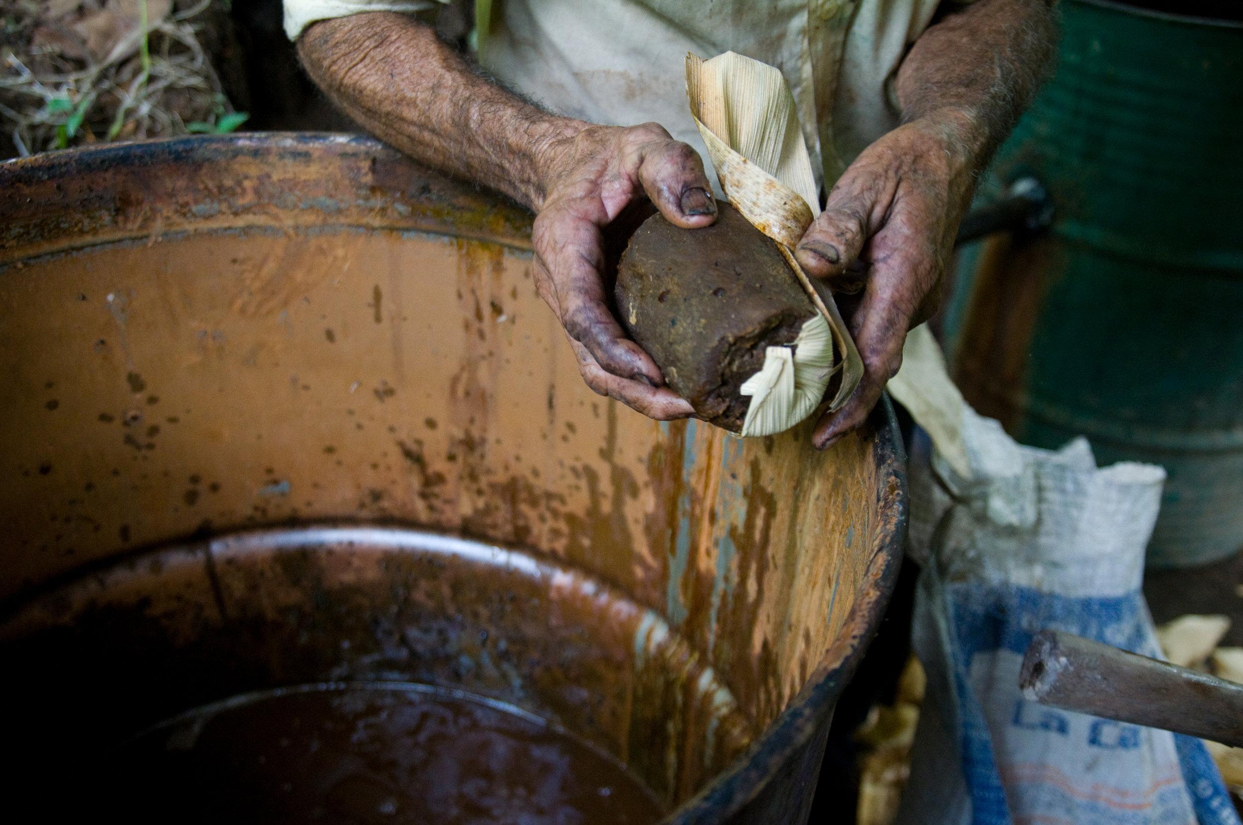 Proceso artesanal de elaboración del Chaparro, Guazapa, El Salvador.