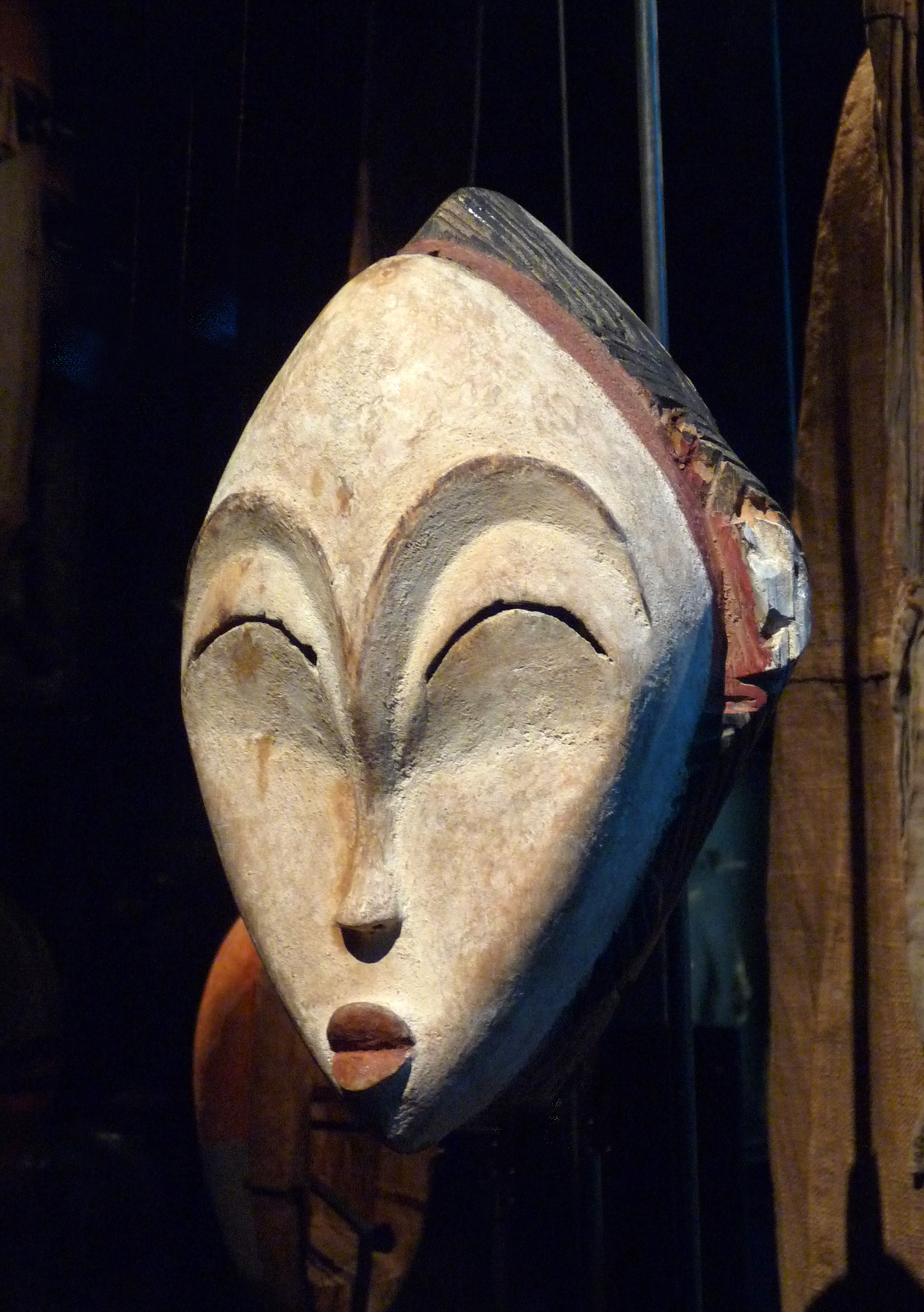 Photograph of a mask from Gabon by Ji-Elle, CC BY-SA 3.0, https://commons.wikimedia.org/w/index.php?curid=19776603
