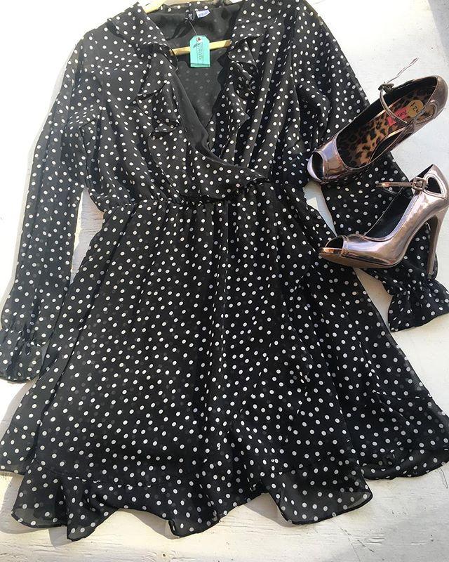 Ruffles! 🖤 Sizes: Dress: L | Shoes: 7.5 —————————————————- #wearsomethingdifferent #dressinhappinessdaily #rentit #rockit #buyit #letsplaydressup #sustainablefashion #personalshopper #personalstylist #styleme #dressme #fashionrevolution #ecofashion #bethechange #newinventoryeveryday #membershiphasitsperks #supportwomanowned #supportsmallbusiness #supportlocal #supporttheheights #tampafashion #tampastyle #seminoleheights #limitlesscloset #endlesspossibilities