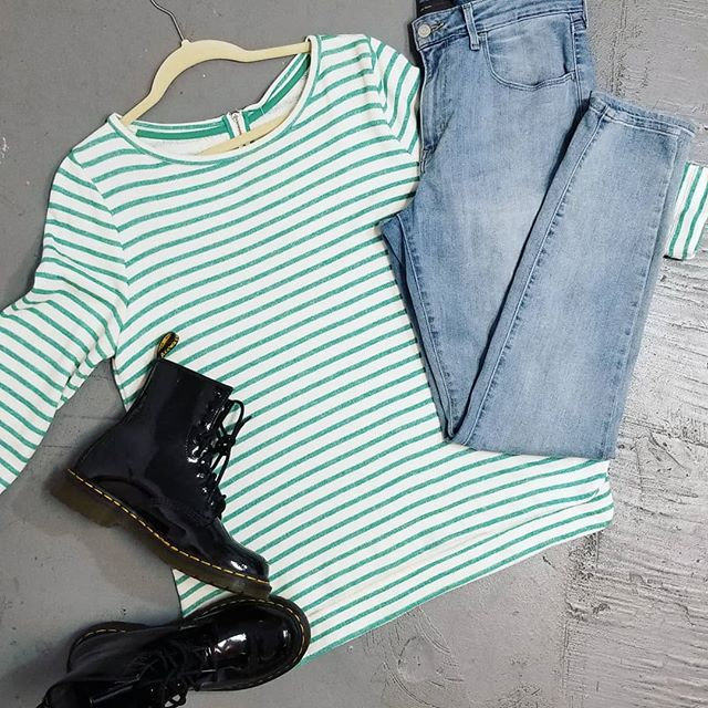 Check out these fab Doc Martens! Paired with this sweet sweater and light wash jeans they make the perfect retro outfit! Shoes size 8