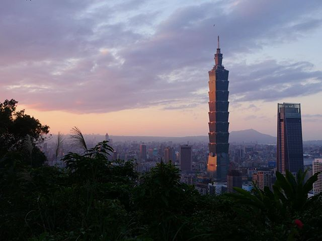 Another awesome sunset from Elephant Mountain in Taipei. There's a reason this hike is super crowded - it's just a short walk from a metro stop and the view is incredible.