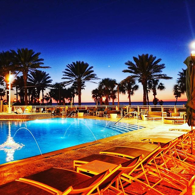Define #beauty? THIS! . . . . . #wyndhamgrand #floridaliving #islandlifestyle #islandliving #florida #traveldiaries #travelblogger #adventuretime #instatravel #instatravelling #instatravels #instaglam #lifestyleblogger #momblog #clearwaterbeach #sunsetcolors #sunset