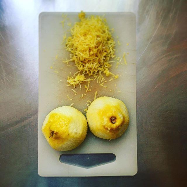 Sauer macht lustig . . . . #lemoncake #vegan #veganlemonmintcake #smile #whenlifegivesyoulemons #sweet #trythis #inhousebakery #homemade #baristabakes #instayum #instayummy #instafood #smileyface #kitchenfun #inproduction #bake #backebackekuchen #zitronenkuchen