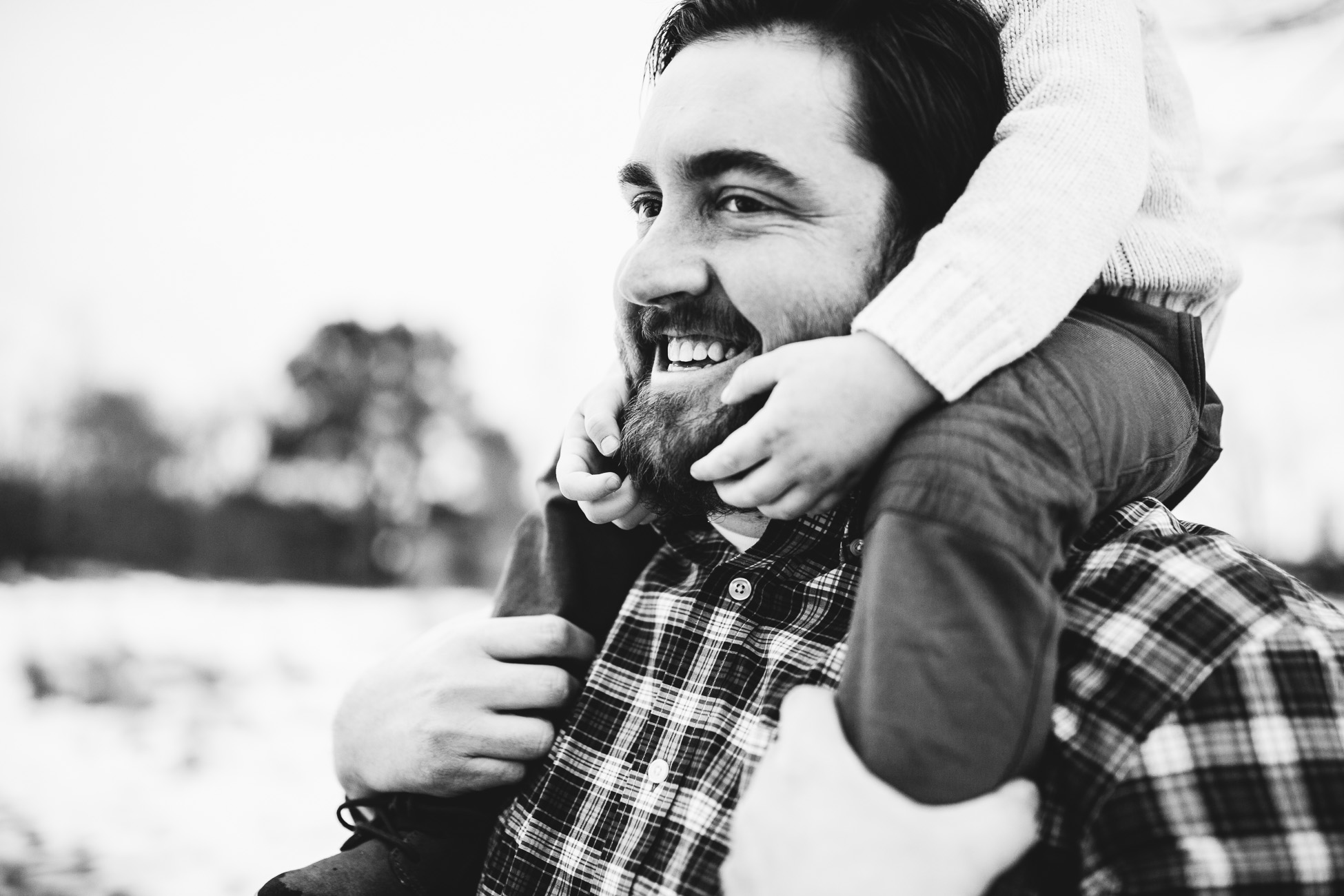 dad with kid on shoulders by laura barr photography