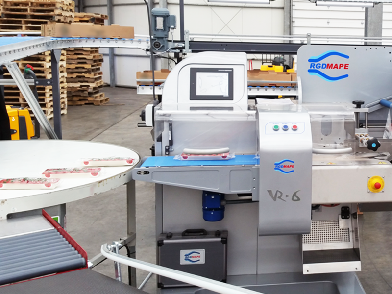 rgd mape flow wrap machine packing trays of tomatoes in clear flow wrap