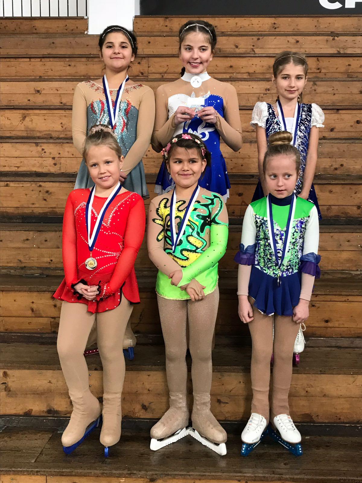 - Am Pizokel Cup in Chur nahmen 8 Läuferinnen des Eiskunstlaufclub Lenzerheide teil. Jil Vogt erhielt Bronze in der Kategorie 2*. Soma Arif und Jana Dannacher starteten zum ersten Mal an einem Wettkampf und meisterten den Parcour mit Bravour.Wir gratulieren all unseren Läuferinnen zum Erfolg.