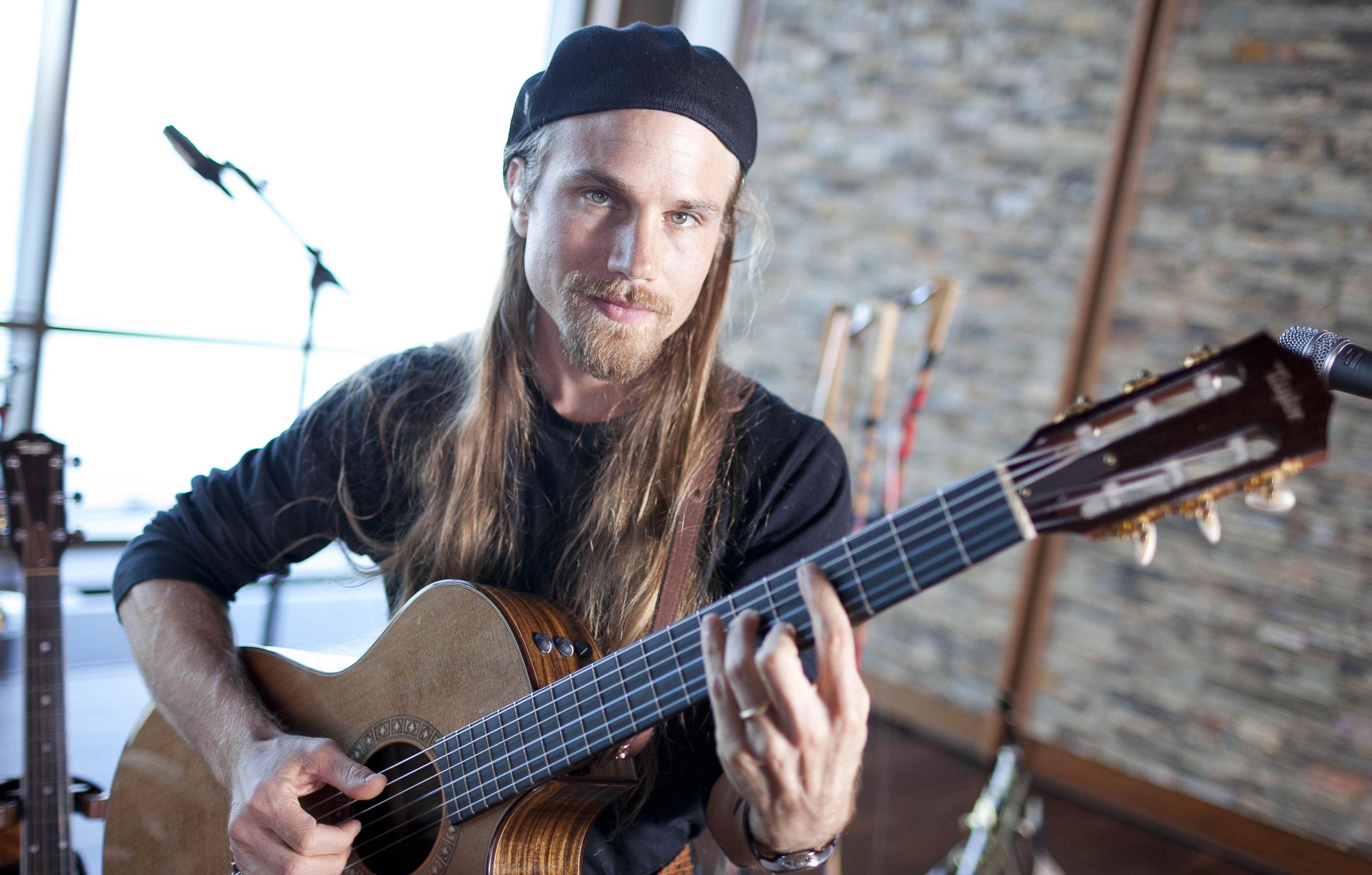 Guy Singing (guitar) 2.jpg