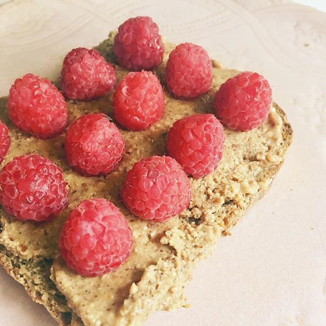 Pretty on Pink || My new easy-peasy mama morning fav.  Yummy sprouted bread with no-sugar almond butter and fresh organic raspberries. That's all. 😋💁‍♀️ Also I love eating on pretty plates, this one is my absolute favorite. I got it with @cdubbk in Vancouver years ago @orlingandwu ... a must shop for anyone who loves all things kitchen + home!!