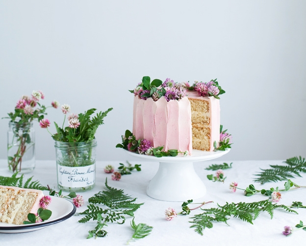 Vanilla bean cake with pretty florals! (source:  http://www.callmecupcake.se )
