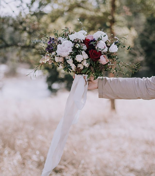 #throwback to the gorgeous styled wedding shoot I did this spring 🍃 I realized I never posted a photo of the stunning bouquet by itself 💐 Thank you @agorafloral your work is amazing! 🌷 . . . . . . . . . #rockymountainbride #intimateweddingphotographer #wanderingweddings #radlovestories #belovedstories #mountainbride #springbouquet #bouquetinspo #yycweddings #yycweddingphotographer #rockymountainwedding #bouquetideas #adventurouswedding #rusticbouquet #wedphotoinspiration #rusticweddingbouquet #theknot #bohobouquet #loveauthentic #greenweddingshoes #weddingphotography #weddinginspiration #weddinginspo #yycwedding #yycphotographer #bohoweddingideas #calgaryweddingphotographer #weddingideas