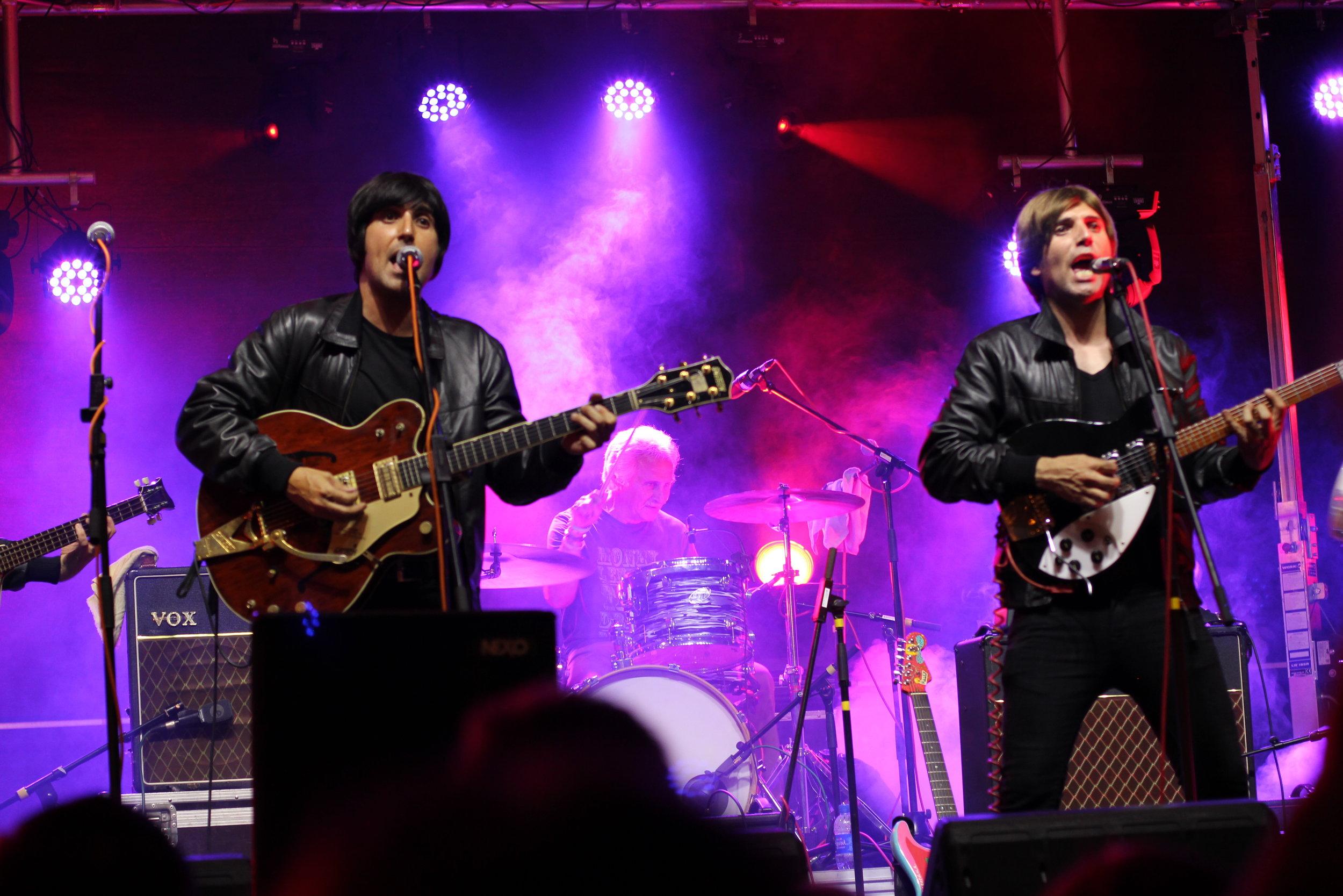 The Flaming Shakers tocando junto a Pete Best, primer batería de The Beatles.
