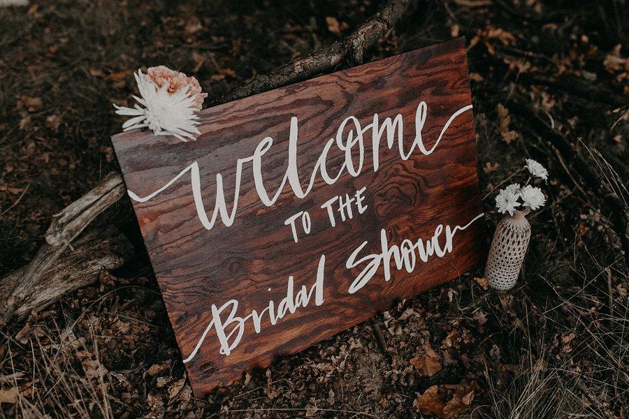 """""""Welcome to the Bridal Shower"""" Custom lettered wooden signs for a wedding // Individuell beschriftete Holzschilder zur Hochzeit von Viviane Lenders"""