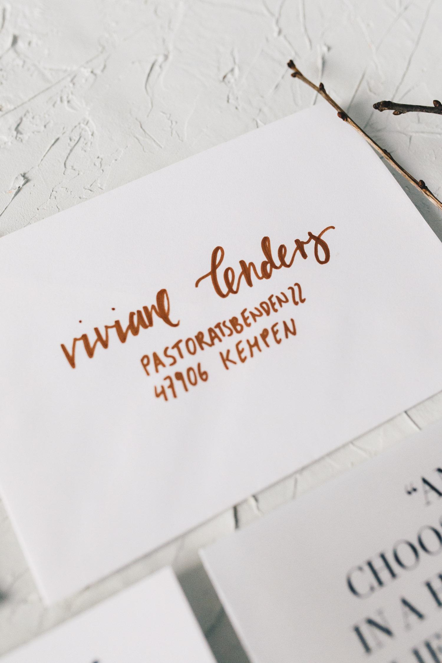 Hochzeitspapeterie, minimal, Kupfer, Lettering, handbeschrifteter Umschlag - Viviane Lenders Design