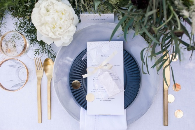 A gorgeous place setting with marshmallow wedding favours.