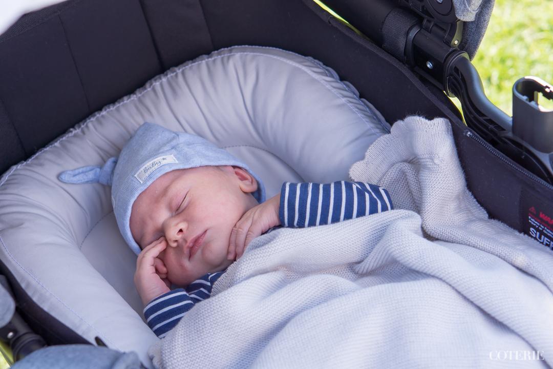 Lähipuistossa ensimmäisellä kärryttelyllä viikon iässä <3 / First time in the strollers at one week's age at the park near by.
