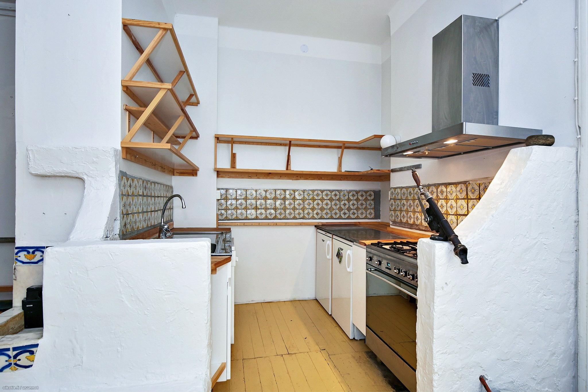 Ei ihan niin moderni keittiö. Smegin kaasuliesi löysi onneksi uuden kodin.