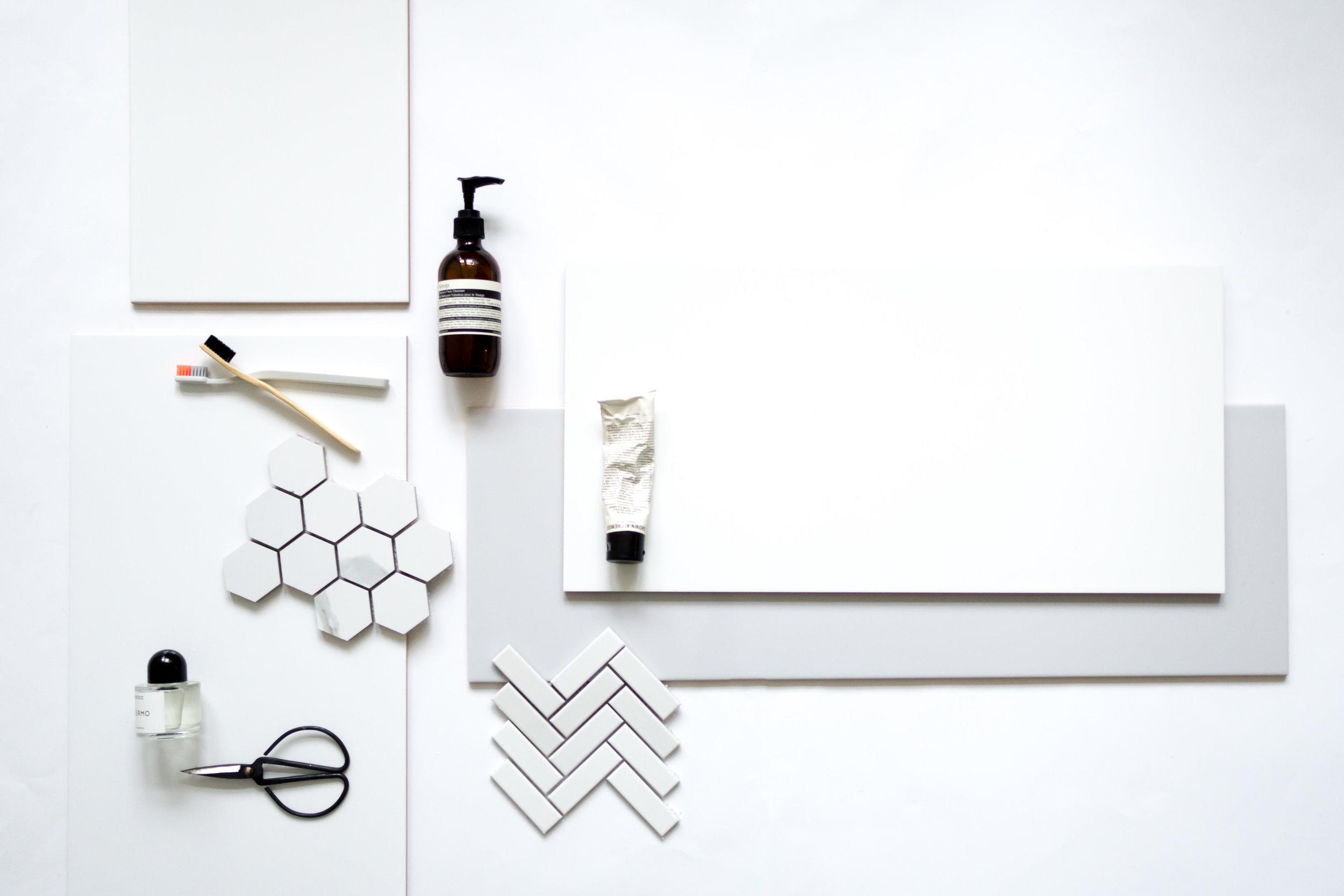 Propsit: Puinen hammasharja nomess, harmaa harja Jorday (designed by HAY), kosmetiikka Aesop ja Grown Alchemist, hajuvesi Byredo ja pienet sakset HAY