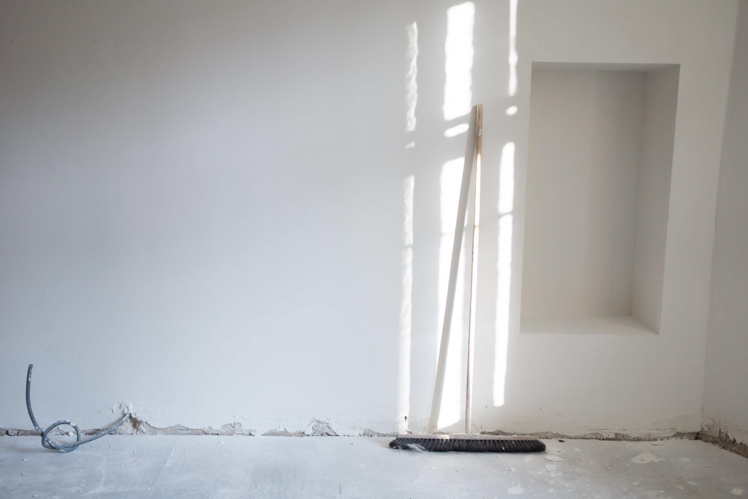Edellinen asukas oli puhkonut keittiöstä pienen aukon huoneeseen, josta me teimme master bedroomin (hänellä ko. huone oli tainnut toimia olohuoneena). Aukko oli ahdistavan matala ja muutenkin epäkäytännöllisessä kohdassa, joten päätimme sulkea sen ja tehdä makuuhuoneen puolelle kauniin syvänteen, joka saa toimittaa yöpöydän virkaa. Odotan jo, miten saan kauniin taulun nojaamaan tuonne taustalle ja pienen sommitelman sen eteen.