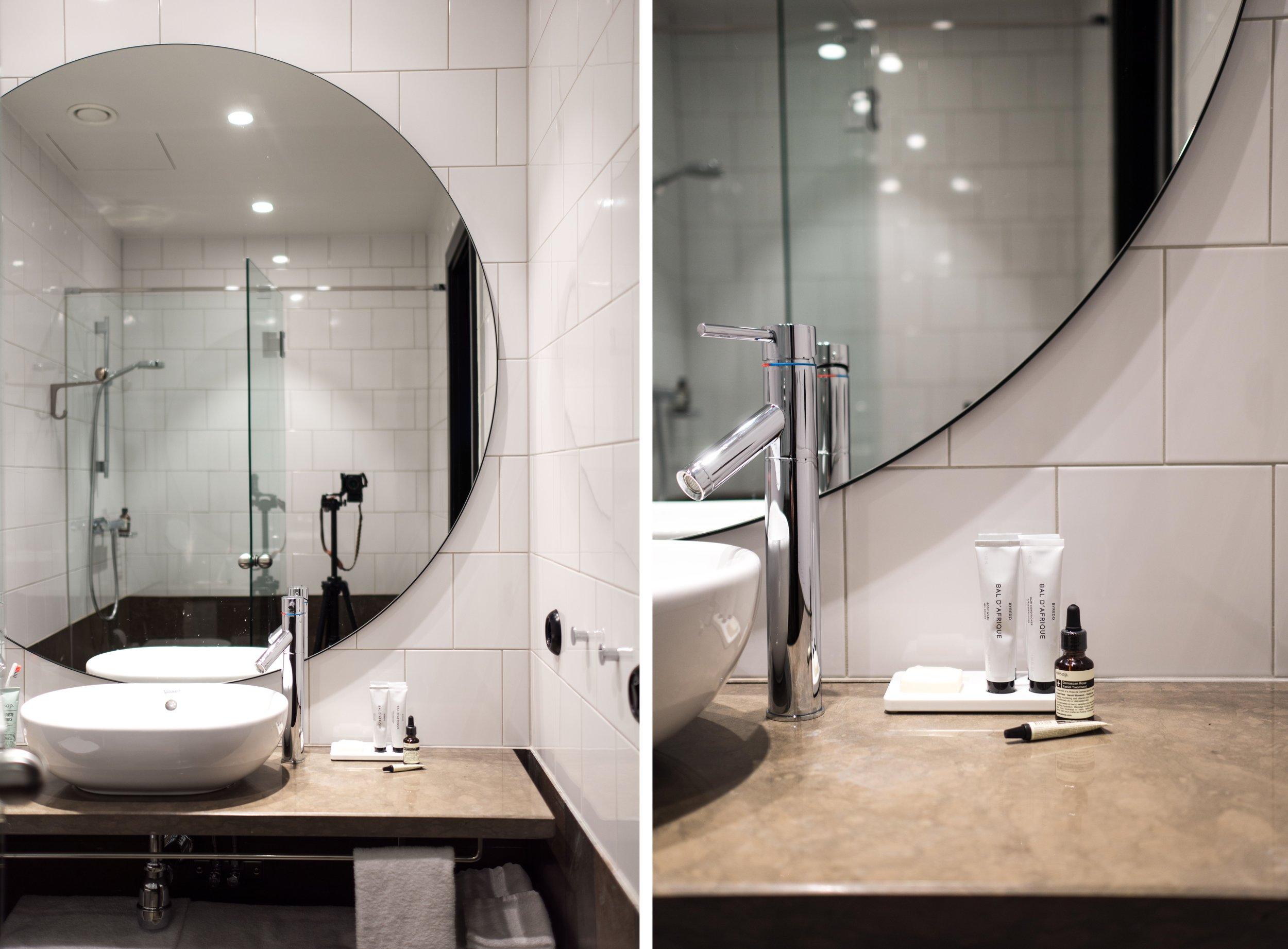 Harkitsen meillekin vastaavaa jättikokoista pyöreää peiliä kylpyhuoneeseen.