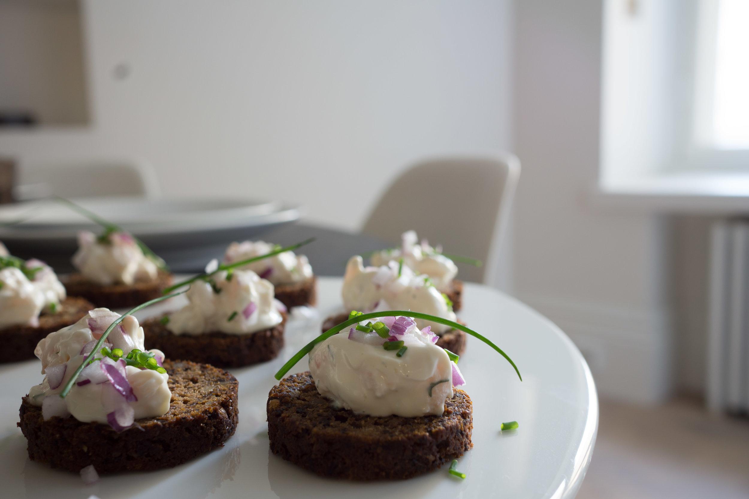 Takuuvarma alkupala: Rosalan pyöreää saaristolaisleipää (jota löytyy Stockmannin Herkusta) + Herkun tiskin skagenröra + punasipulikuutioita ja ruohosipulia. Jos haluaa näistä vielä Instagram-ystävällisemmät, voin päälle tiputtaa vähän mätiä.