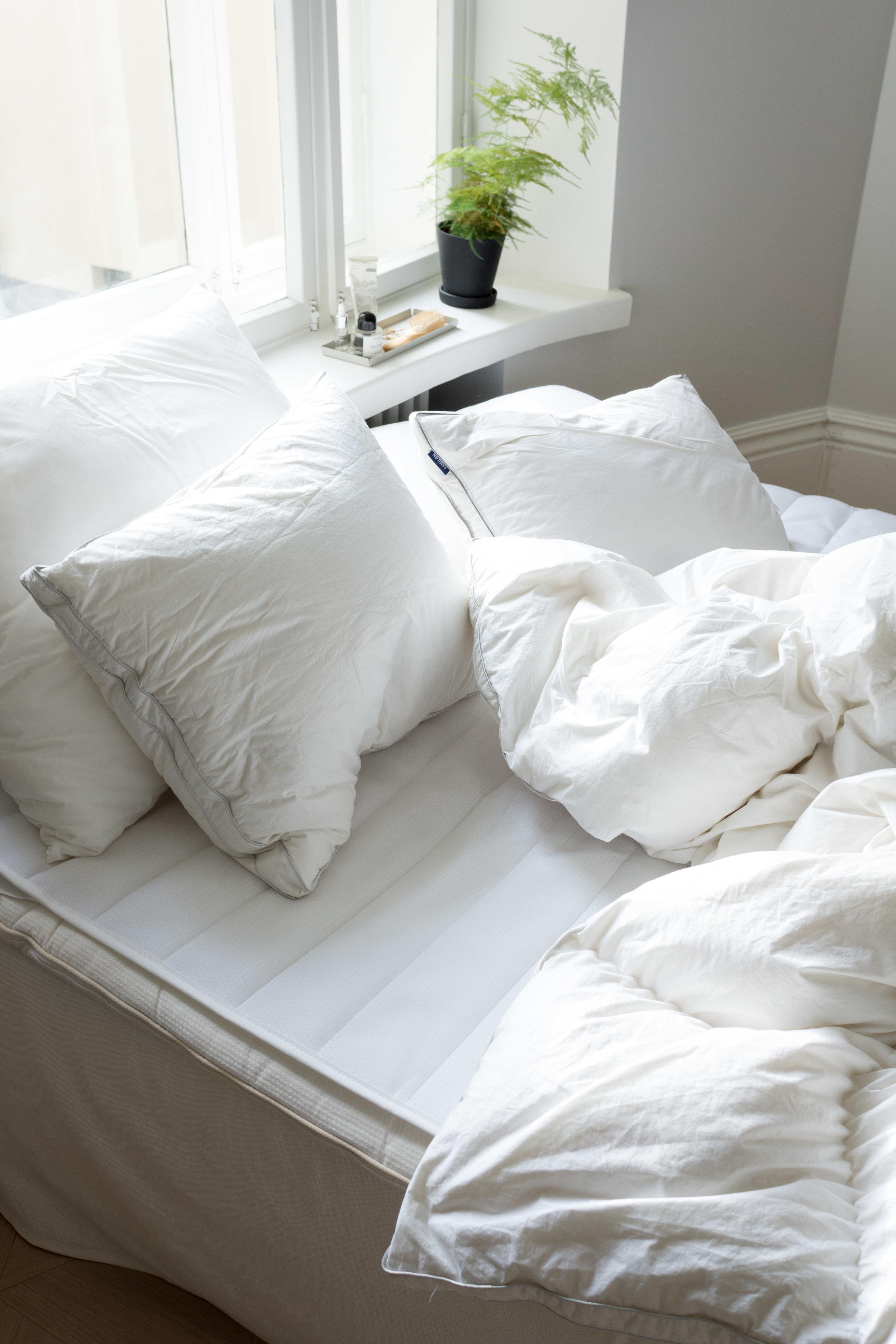 Viikonloppuna oli aika vaihtaa myös petivaatteet, joten räpsäisin samalla muutaman kuvan Familonin ihanista peitoista ja tyynyistä. Huomaathan sängyssä myös petauspatjan suojuksen – super kätevä, kun sen voi pestä helposti!   Familonin tuotteet saatu kuvausyhteistyön puitteissa.