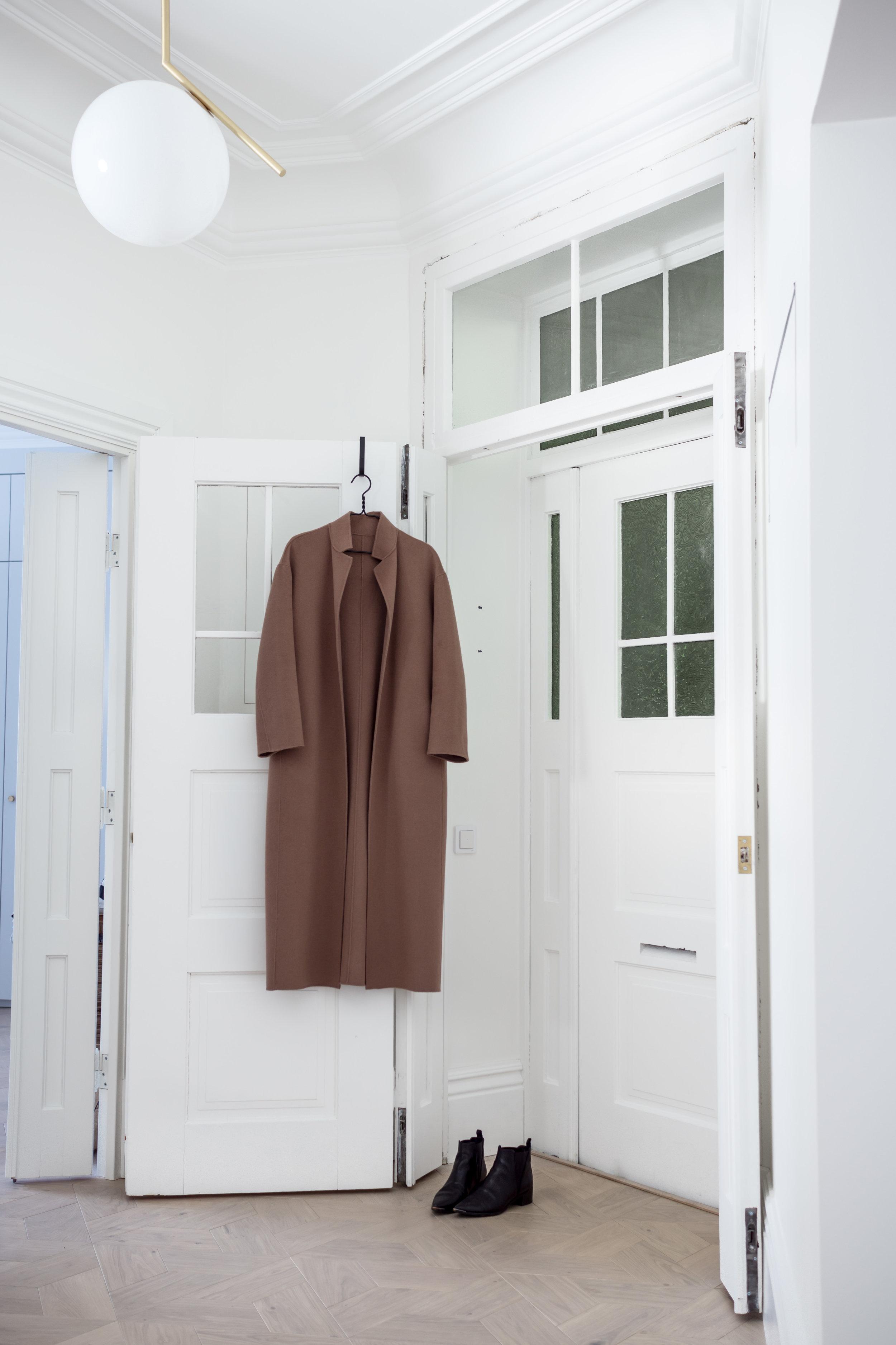 Kuvassa näkyvä toffeenvärinen takki on myös tämän talven hankintoja. Juuri täydellisen värinen ja mallinen pitkä takki löytyi Filippa K:lta. Btw, sitä näytti olevan vieläkin alessa, ainakin M-koossa! (Kannattaa ottaa aika reilu koko; itselläni L; tämän on tarkoituskin olla väljä.)
