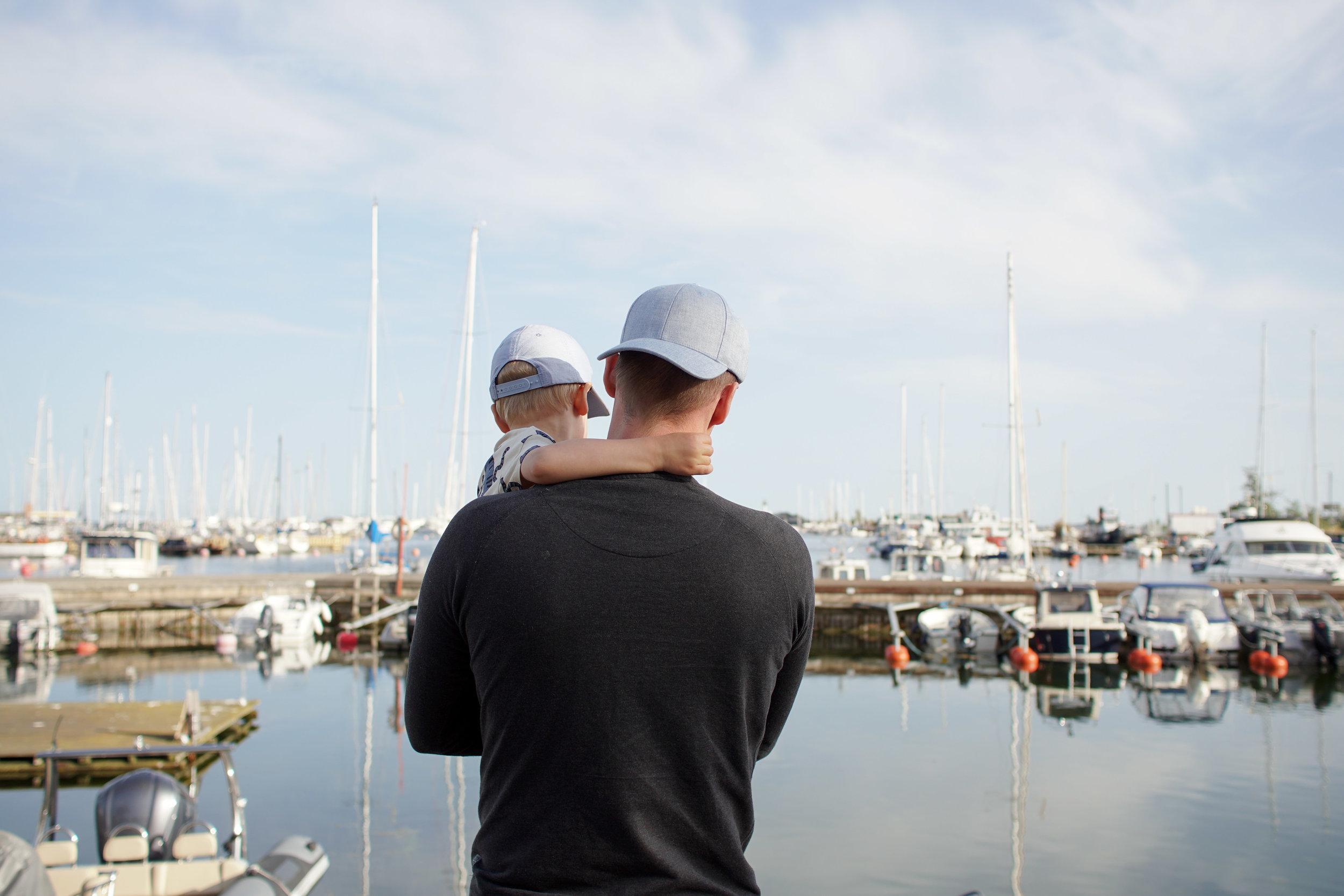 Katsomassa veneitä makasiinien edustalla